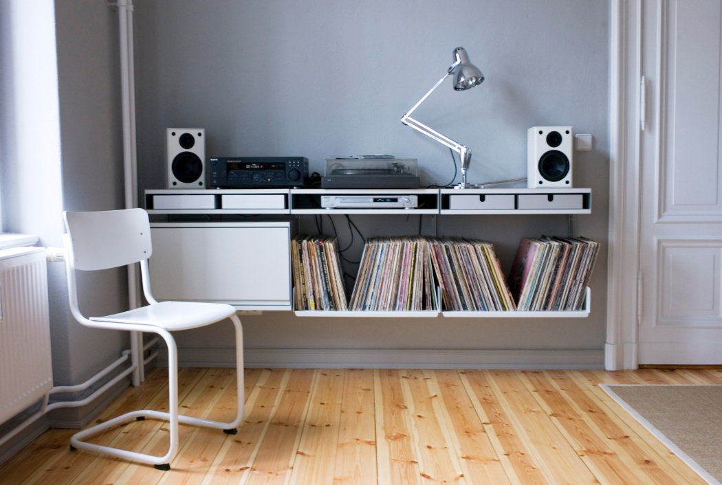 Let???s assume the bass is shaking the tripod on this one. A surface for amplifier and record player is created by using the double shelf, which has two surfaces and space for aluminium trays within, to store needles, jacks and weights