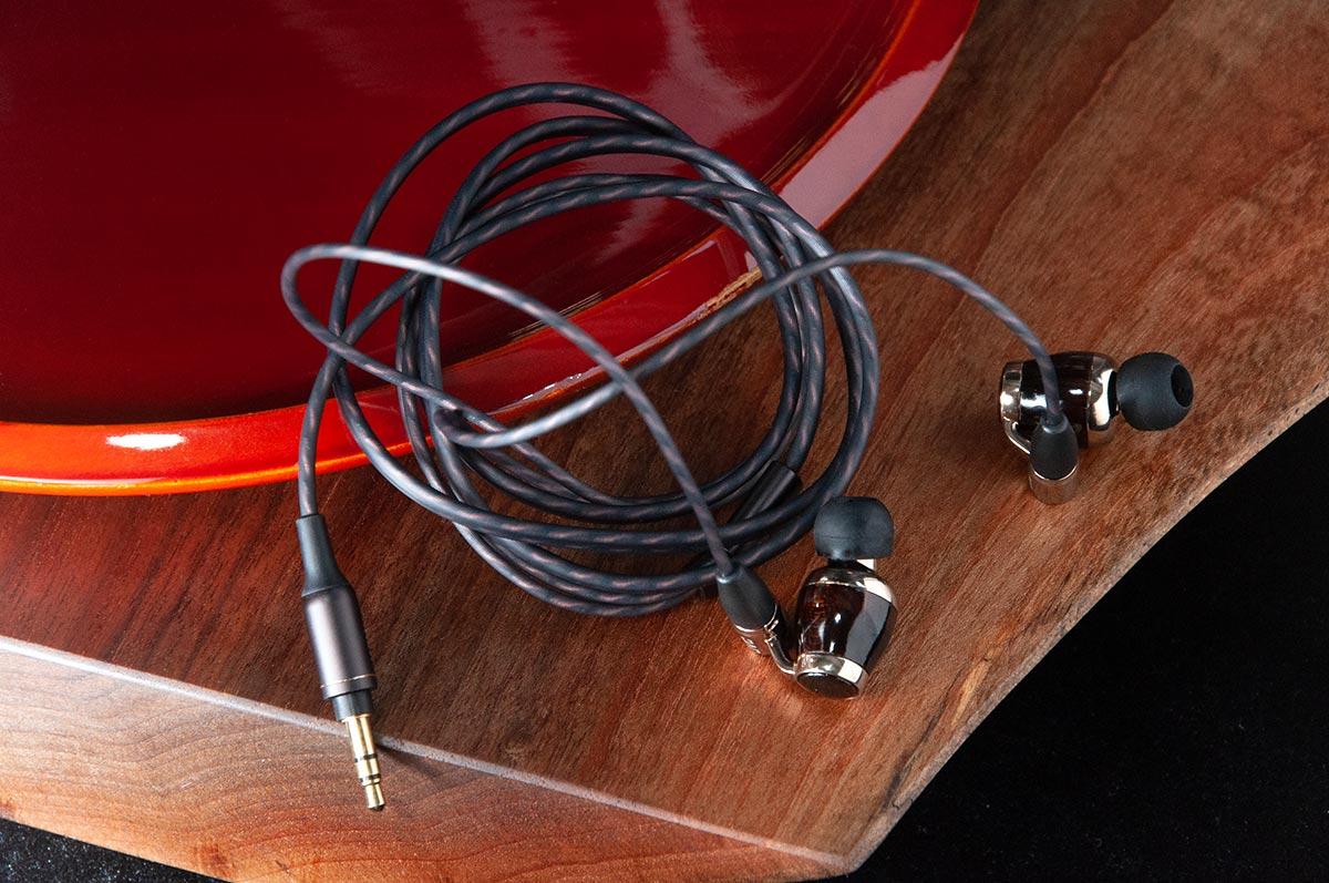 自 2008 年推出首款 Wood Dome 耳机 HP-FX500,不知不觉间已有 10 个年头,经过长时间的歷练及进化,最新的 10 周年纪念版耳机 HA-FW10000,好自然成为了耳机发烧友的瞩目焦点。