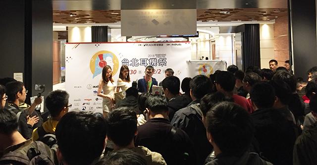 18:00时间一到,展览会场挤满了参加抽奖活动的人潮。(图/Yichi提供)