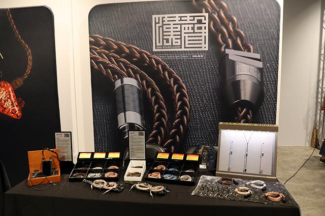 Han Sound汉声专门生产耳机线材与相关配件,旗下产品製作工艺相当精良,而且价位带分佈广泛,从最高阶的Venom(41,900元)到热销款式Zen(4芯版本2,850元),中间还有现役主力Aegis(9,480元),以及上个月刚刚发表的Kinopio(1,990元)。