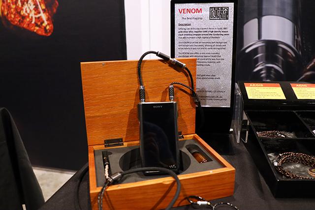 连接在Sony播放器上面的就是旗舰级Venom耳机线材,采用全屏蔽的金银合金线,一端接4.4mm负责讯号传输,一端接3.5mm负责接地。