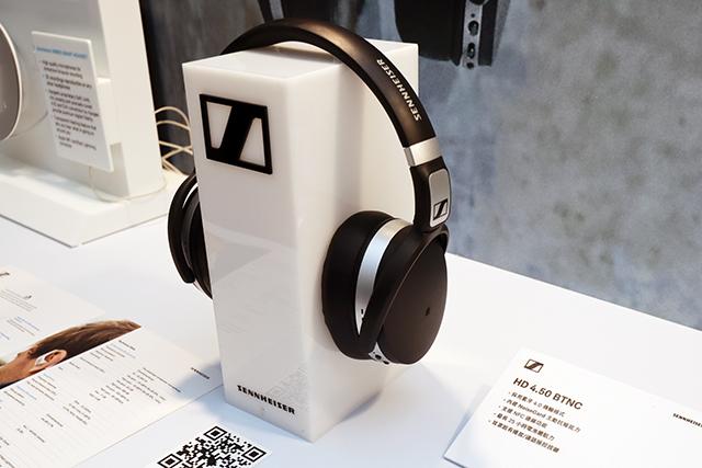 Sennheiser HD 4.50 BTNC是一款蓝牙无线耳机,内建Sennheiser独家NoiseGard主动抗噪技术,能透过耳机上的微型麦克风来侦测外界噪音,并发出反向声波来消除噪音。另外也可连接耳机线,万一没电或是不想使用蓝牙时,一样可以聆听音乐。而且在开啟蓝牙及抗噪的状态下,拥有长达19小时的电池续航力,参考售价7,690元。