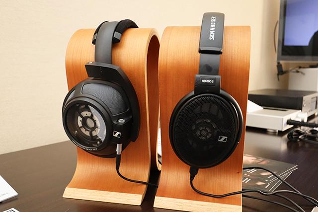 左侧是HD 820封闭式耳罩耳机 ,右侧也是600系列的新产品,型号叫做HD 660 S,配色比过去更加低调但是製作细节更好,而且比上一代HD 650更容易驱动。