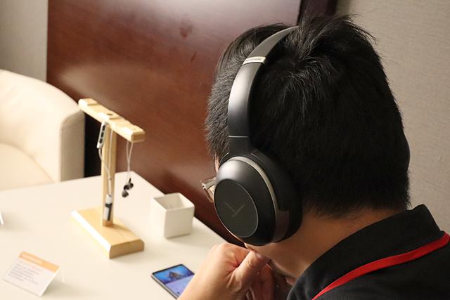 最新推出的Lagoon ANC耳罩耳机。采用触控操作设计,具有ANC主动抗噪能力,还具备特殊的光导引(light guide)系统可以控制耳机,另外还有创新的MOSAYC个人化声音处理功能,快去试用看看吧!
