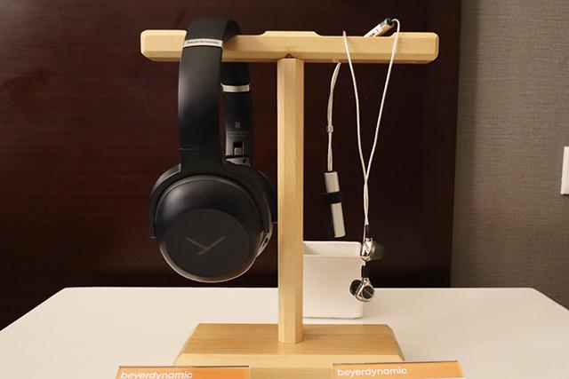 图左是前面介绍过的Lagoon ANC耳罩耳机;图右是Xelento Wireless现场唯一的耳道式耳机,采用蓝牙无线传输设计,支援aptX HD。注意看照片中的银色短棒是内建电池,续航力约5.5小时,还附上一个小夹子方便用家夹在衣领上。