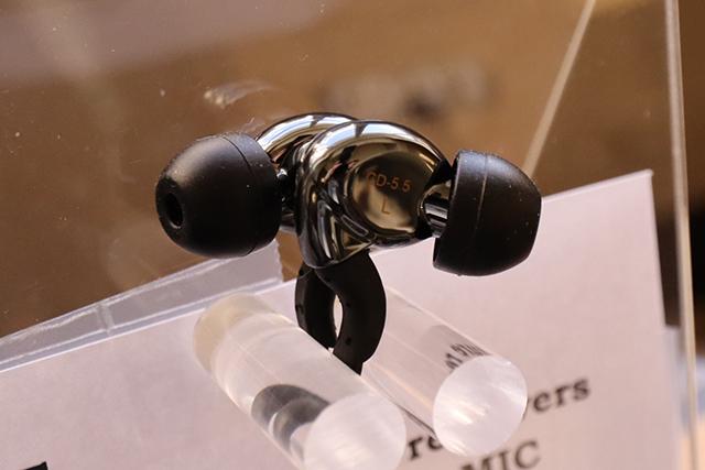 采用平衡电枢(动铁)式单体的CD-5.5耳道耳机。